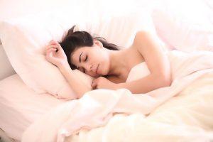 Vrouw die ligt te slapen