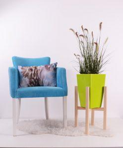 Blauwe stoel en groene bloempot