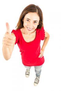 Vrouw met haar duim omhoog
