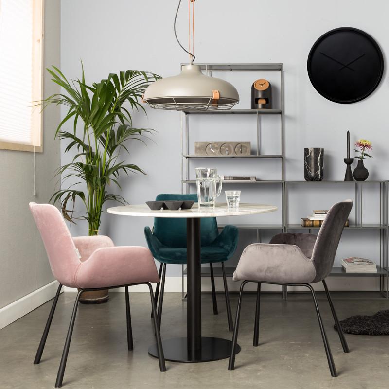 Eetkamer met fluwelen stoelen