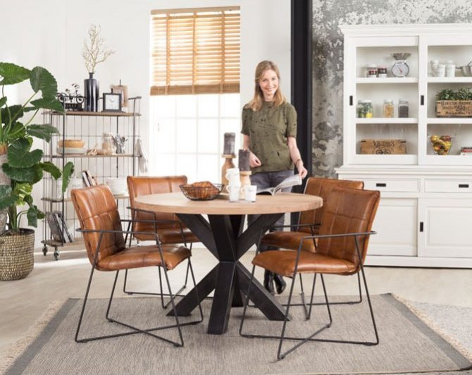 vrouw in eetkamer