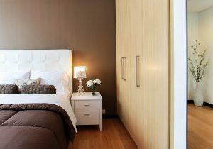 Lamp op nachtkastje naast bed