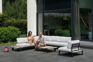 Vrouw en man genietend van hun loungeset.