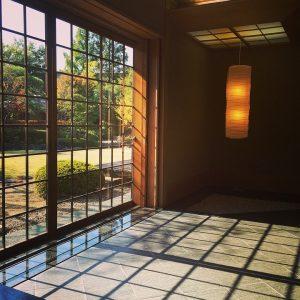 Kamer met zon die naar binnen schijnt