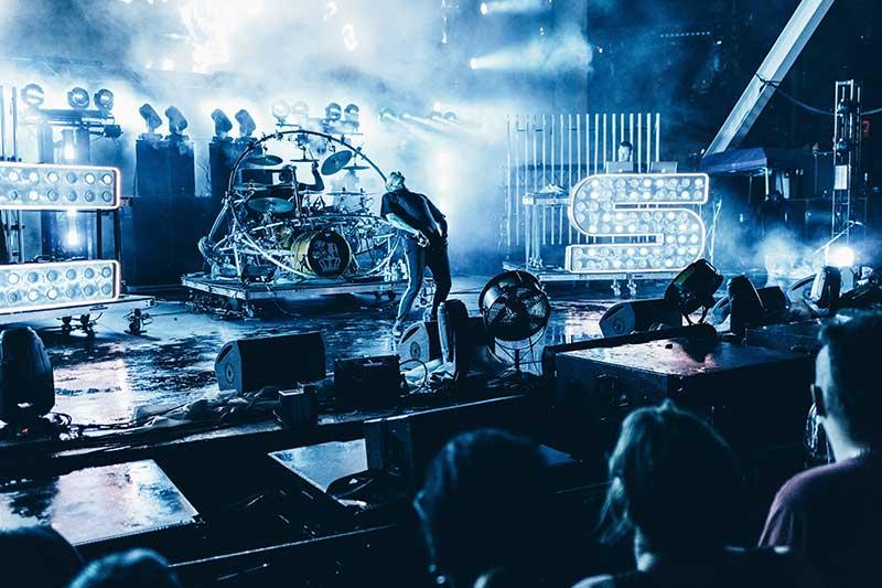 Zanger op een podium