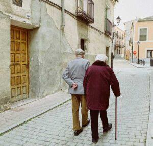 twee oude mensen wandelend